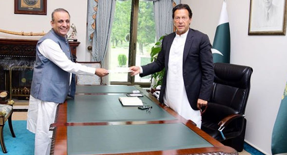 Abdul Aleem Khan met with Prime Minister Imran Khan in his office.